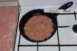 Шаг 4. Разогретую сковороду смазать оливковым маслом, вылить половником блин