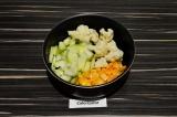 Шаг 3. Добавить овощи и воду, тушить под крышкой 20 минут, подсолить.