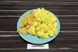 Шаг 1. Картофель нарезать, спаржу поломать руками.