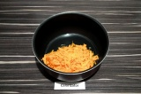 Шаг 4. Пассеровать морковь 3 минуты.
