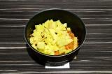 Шаг 5. Добавить картофель, спаржу и воду. Варить 20 минут.