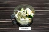 Шаг 2. Выложить в чашу блендера порезанные ингредиенты, творожный сыр и добавить