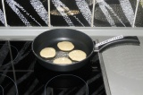 Шаг 6. Выкладывать на разогретую сковороду по 1 ст. л. и жарить с двух сторон.