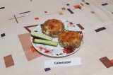 Готовое блюдо: мясные ватрушки с помидорами и сыром