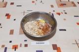 Шаг 2. Смешать фарш, лук, 1 яйцо, соль, хлопья и оставить на 10 минут для набуха