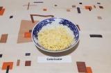 Шаг 3. Сыр натереть на крупной терке.