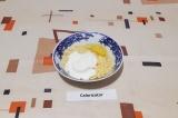 Шаг 4. Смешать сыр, сметану и 1 яйцо.