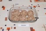 Шаг 5. Из фарша сформировать ватрушки с углублением, с высотой бортика 1 см.