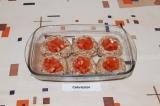 Шаг 7. Каждую ватрушку наполнить помидорами.