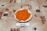 Шаг 2. Натереть морковь на крупной терке.