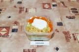 Шаг 5. Соединить все ингредиенты, добавить соль, сметану и хорошо перемешать.