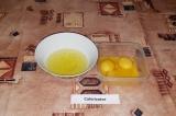 Шаг 3. Отделить белки от желтков, убрать белки в холодильник на 10 минут.