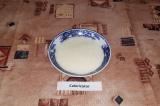 Шаг 4. Желтки взбить с молоком.