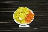 Шаг 2. Картофель и морковь нарезать кубиками.