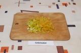 Шаг 2. Перец очистить от плодоножек и нарезать соломкой.