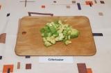 Шаг 3. Авокадо освободить от косточки, очистить и нарезать кубиками.