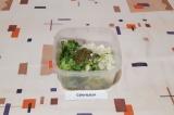 Шаг 6. Соединить все ингредиенты, добавить соус Песто, масло, соль и смесь перце