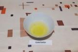 Шаг 1. Отделить белки от желтков, белки убрать в холодильник на 10 минут.