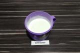 Шаг 1. Сметану взбить с йогуртом до состояния нежной кремовой консистенции