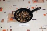 Шаг 3. Грибы нарезать и обжарить с небольшим количеством масла.