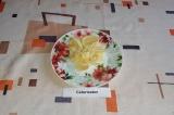 """Шаг 4. Свернуть полоски в """"рогалики"""", уложить на тарелку."""