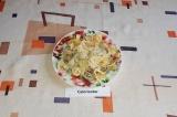 Шаг 7. Готовую лапшу посыпать тертым сыром и поставить в микроволновку на 30 сек