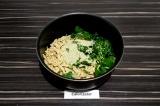 Шаг 4. Добавить в сотейник тофу, шпинат и кунжут, тушить 5 минут.