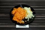 Шаг 3. Морковь натереть на терке, лук накрошить мелким кубиком.