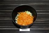 Шаг 6. Лук и морковь пассеровать 5 минут.