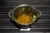 Шаг 8. Добавить пережарку из лука и моркови, выключить огонь, накрыть кастрюлю