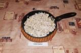 Шаг 2. Обжарить лук с небольшим количеством масла до прозрачности, добавить кури