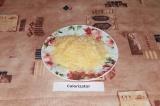 Шаг 4. Сыр натереть на крупной терке.