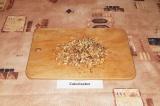 Шаг 5. Измельчить грецкий орех при помощи скалки или нарезать ножом.