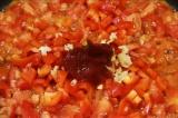 Шаг 2. Выложить на разогретую сковороду, добавить чеснок, томатную пасту, посоли