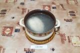 Шаг 1. Куриную грудку залить 3-мя литрами воды и сварить до готовности.