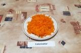 Шаг 3. Морковь очистить, натереть на крупной терке.