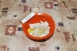 Шаг 5. Добавить к фаршу яйцо, соль, перец, измельченный чеснок и 2 ст. л. бульон