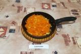 Шаг 7. Лук и морковь пассеровать и добавить к бульону.