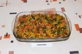 Шаг 10. Сверху выложить тушеные овощи. Выпекать при температуре 180 градусов