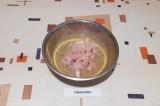 Шаг 2. Смешать кефир, соевый соус, соль, чеснок, перец и залить грудку. Оставить