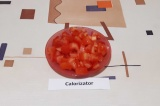 Шаг 5. Помидор нарезать мелкими кубиками, добавить к луку с морковью, тушить под