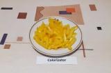 Шаг 6. Болгарский перец освободить от плодоножки, нарезать тонкой соломкой