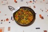 Шаг 7. В последнюю очередь добавить кукурузу, соль, перец, рубленую зелень, пере