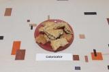 Шаг 9. Достать бисквит из духовки, остудить, разделить на кусочки.
