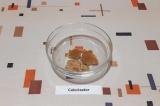 Шаг 11. На дно формы выложить несколько кусочков коржа, смоченных в кофе.