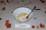 Шаг 2. Разделить белок и желток одного яйца, взбить желток и смешать с овсяными