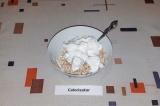 Шаг 3. Взбить белок с сахарозаменителем и аккуратно вмешать в овсянку.
