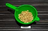 Шаг 1. Промыть и просушить консервированную фасоль.