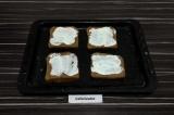 Шаг 3. Каждый ломтик хлеба намазать сметаной.