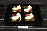 Шаг 5. Поверх колбасы выложить полукольца ананаса и сыр.